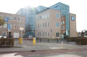 Gratis parkeren op parkeerterrein aan de achterzijde van het kantoor, bereikbaar via slagboom tegenover parkeergarage De Stadspoort (M.A. de Ruijterlaan 64, Goes).